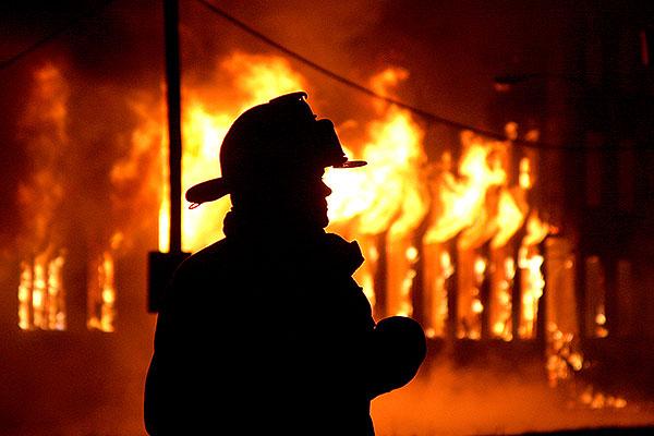 При пожаре гибнут меньше