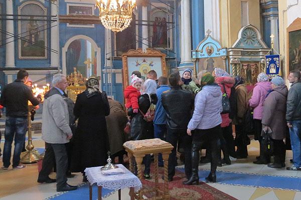 Тысячи людей посетили церковь