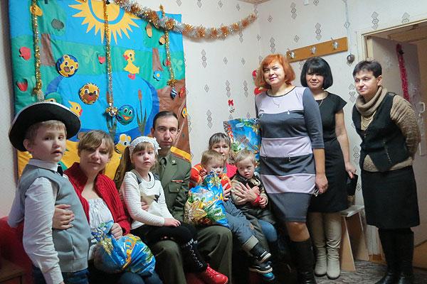 Подарки детям вручили работники военкомата