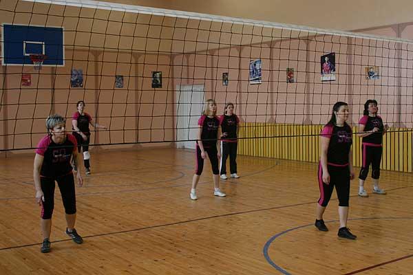 Волейбол: в районном первенстве среди женщин осталось четыре команды