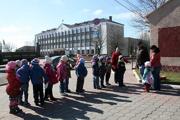 Дети призывают прохожих соблюдать чистоту в городе
