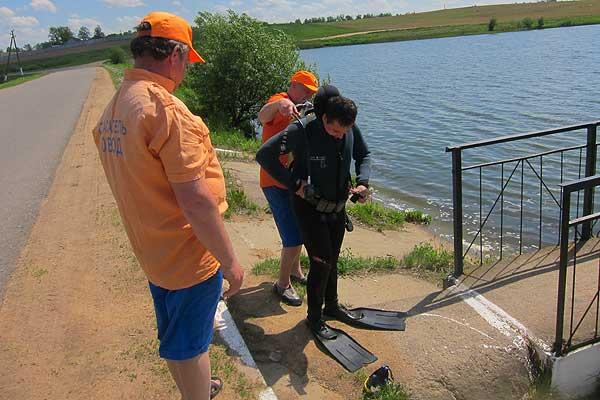 От бутылок до мобильных телефонов: водолазы обследовали водоемы в Толочине и Коханово