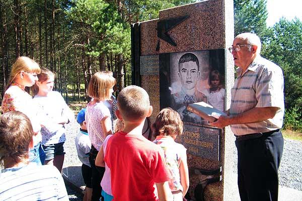 Ребята из Коханово посетили мемориальный комплекс на реке Бобр