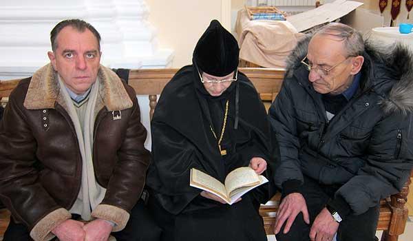 На круги своя: братья Плешко передали в храм старинные книги
