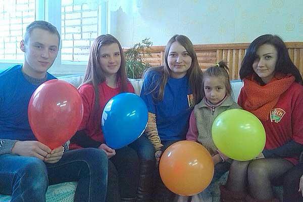 Толочинские волонтеры вручили детям подарки