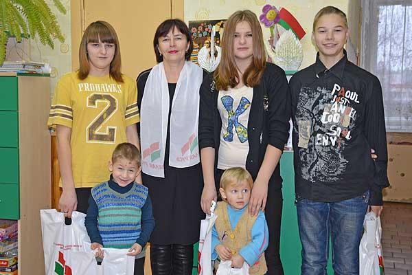 """""""Белая Русь"""" с подарками к детям"""