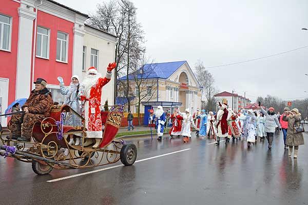 «Елка-фэст»: парад сказочных персонажей прошел в Толочине (+фото)