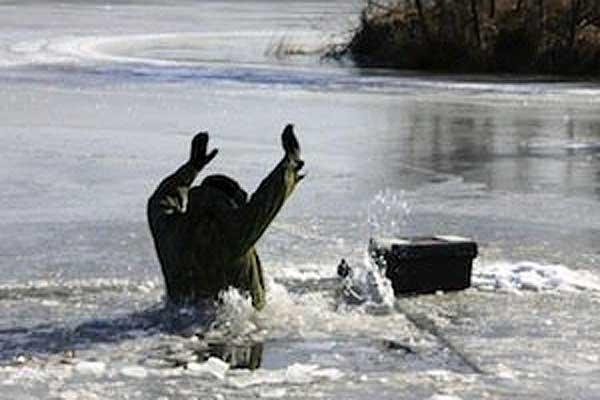 Беспечность чревата бедой: рыбак провалился под лед на озере в Толочине