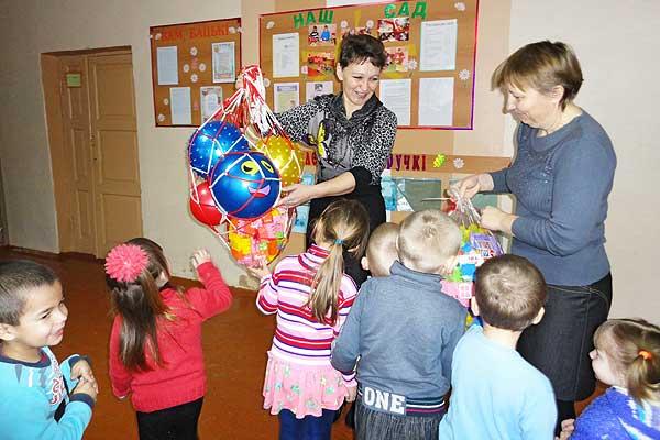 Хорошая традиция: яркие, чудесные подарки передали малышам выпускники оболецкой школы