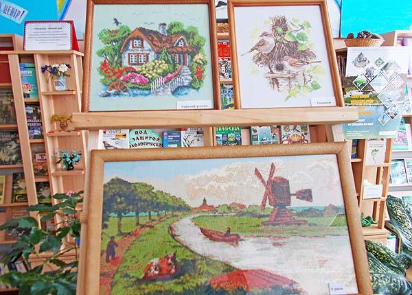 Творческий полет: в библиотеке в Коханово развернута выставка работ учительницы местной школы