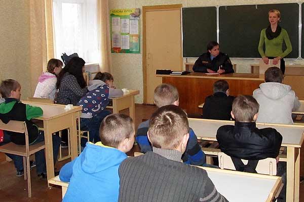 Сотрудники РОЧС и РОВД выступили перед школьниками в Заболотье и Славном