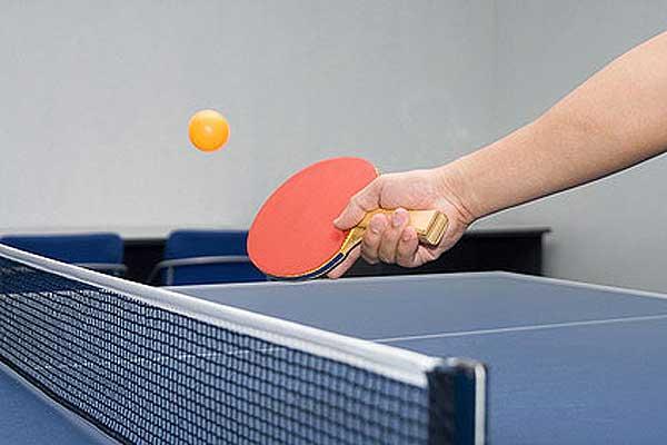 За теннисным столом сильнейших определили мужчины. На очереди — женщины