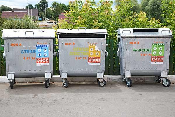 Дело привычки: многие жители Толочина по-прежнему валят в контейнеры все подряд