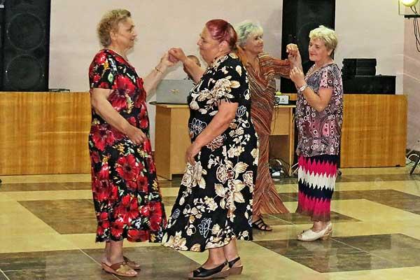 Возраст — не годы, а отношение к ним: в Толочине зажигательным танцам на дискотеке для пожилых людей могли позавидовать и молодые