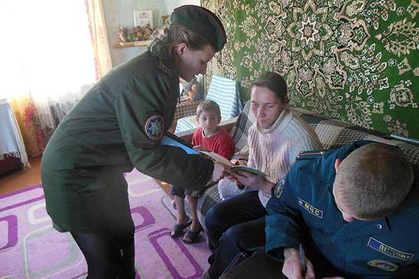 Безопасность детей на первом месте: сотрудники Толочинского РОЧС посетили многодетные семьи