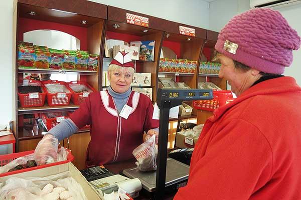 Посетители магазина «Ассорти» в Толочине предпочтение отдают сладостям, а не спиртному