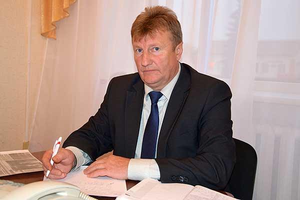 Депутат Палаты представителей Анатолий Лукашов во время приема в Толочине общался с жителями района и лично, и по телефону