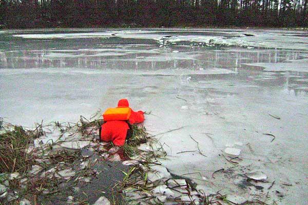 Игры со смертью: четверо рыбаков провалились под лед в Толочинском районе за прошедшие выходные