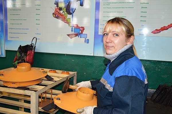 На равных с мужчинами: молодая сборщица экскаваторного завода в Коханово не уступает в мастерстве опытным работникам