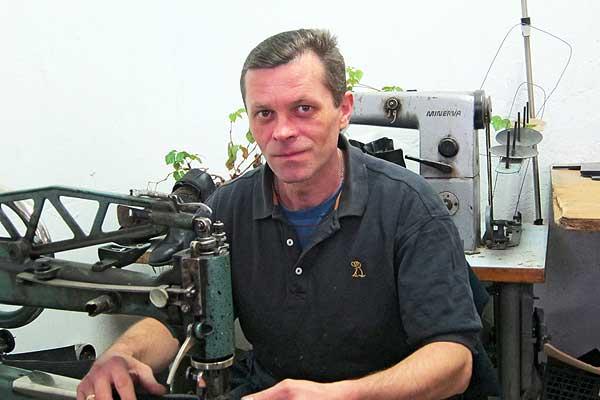 Умелые руки специалиста по ремонту обуви Михаила Волошина творят чудеса