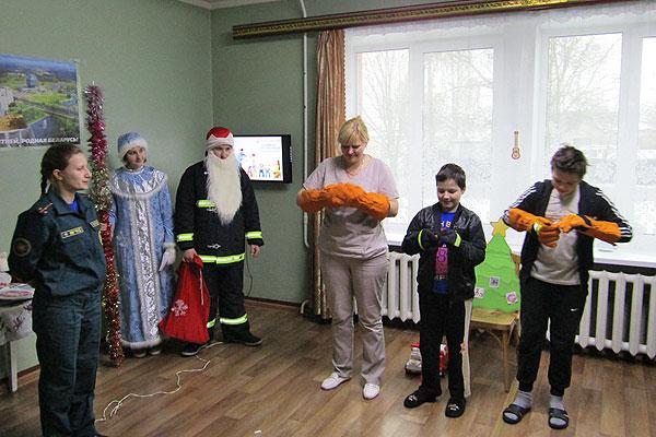Толочинские спасатели посетили с играми и подарками детское отделение районной больницы