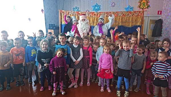 Кохановские «Балаболы» посетили со сказкой детские сады в Толочине