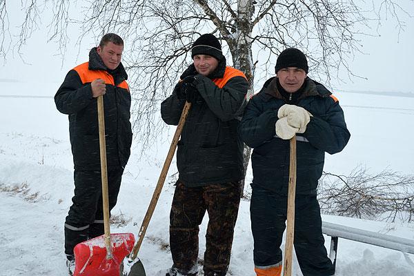 І студзіць, і снежыць: талачынскія дарожнікі спраўляюцца з расчысткай дарог