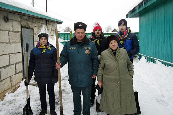 Активисты организации спасателей-пожарных очистили от снега придомовую территорию Героя Социалистического Труда