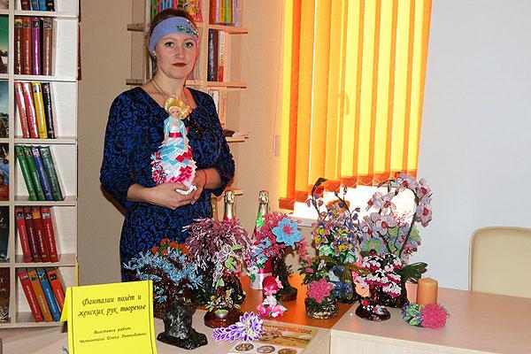 Фантазии полет и женских рук творенье: в библиотеке в Толочине развернута выставка работ Олеси Челноковой