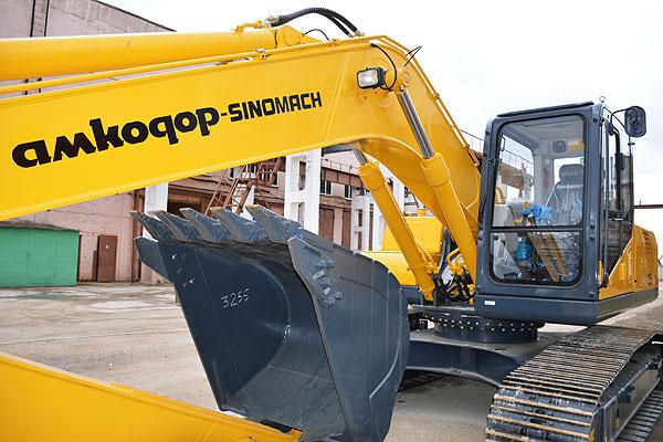 Новые машины — одно из слагаемых успешного развития экскаваторного завода в Коханово