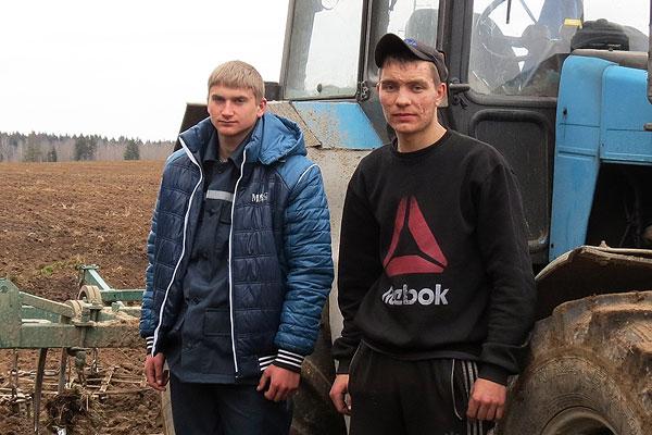 За опытом: в Толочине проходят практику механизаторы из России