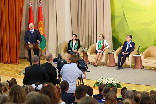 Тема недели: Президент Беларуси провел встречу «Молодежь. Взгляд в будущее»