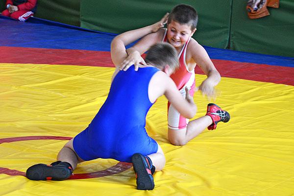 Двое толочинских борцов стали победителями турнира в Сенно