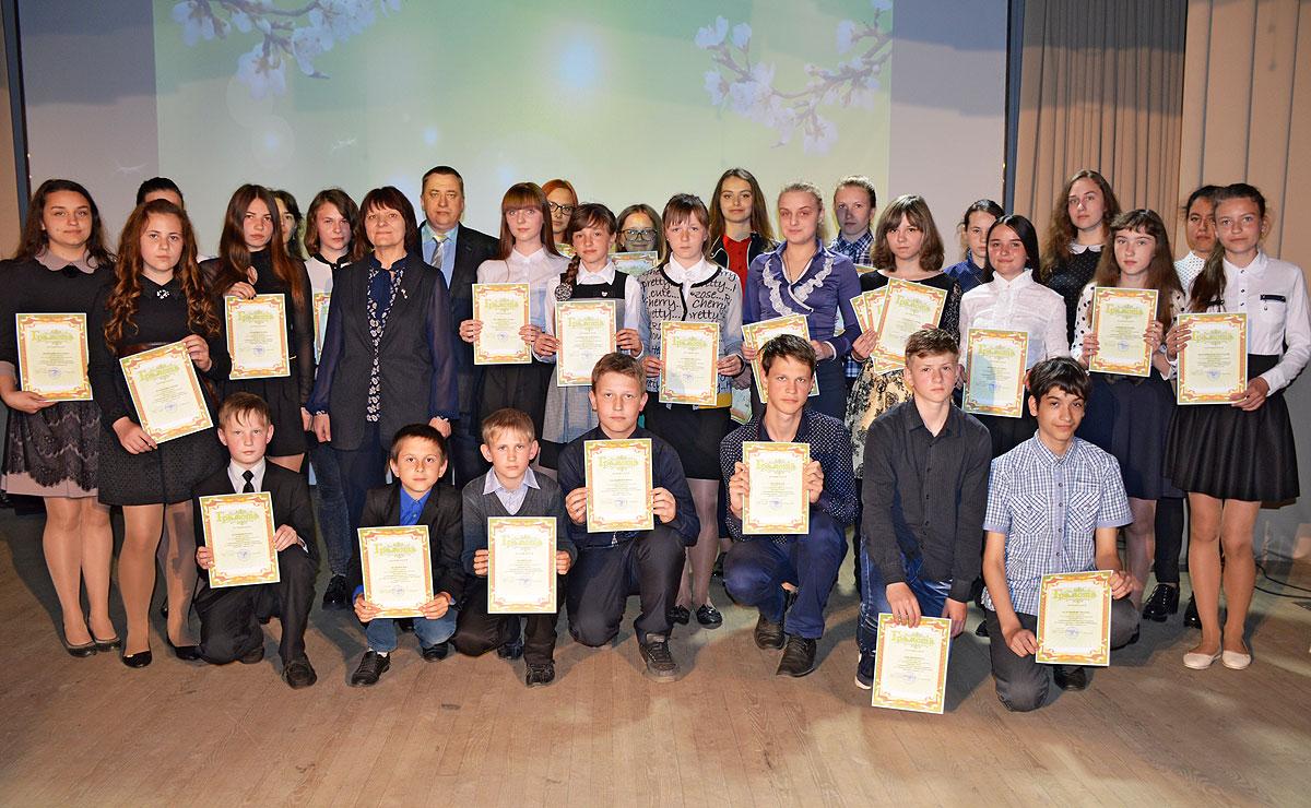 От знаний — к победе: в Толочине наградили призеров предметных олимпиад и конкурсов (+фото)