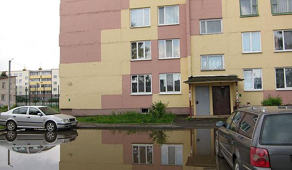 Меры не принимаются: в одном из дворов многоквартирных домов в Толочине к автомобилю после дождя не подойти