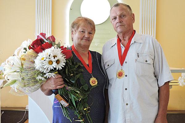 Спустя полвека — снова в ЗАГС: семья Колодинских из Толочина торжественно зарегистрировала свой золотой юбилей