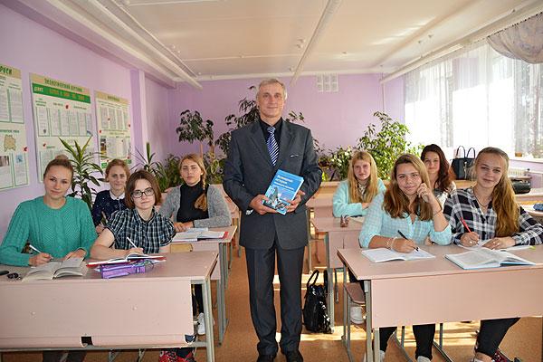 Учитель — это судьба: каждый урок Юрия Поводырева — живой, обстоятельный и подробный рассказ о событиях, которыми жило человечество