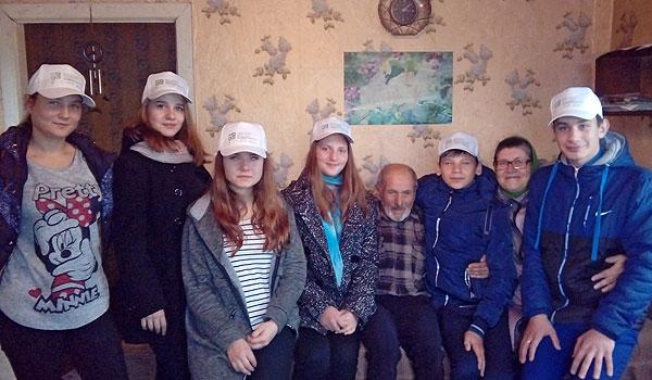 Быть волонтером — это призвание: в Толочинском районе в рамках гуманитарного проекта оказали помощь представителям военного поколения