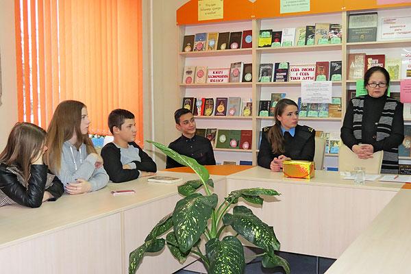 Знай права — понимай ответственность: в библиотеке в Толочине прошел необычный урок для старшеклассников