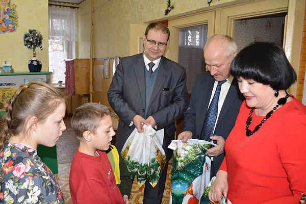 Всего дороже на свете наши дети: руководители района посетили детский приют в Коханово
