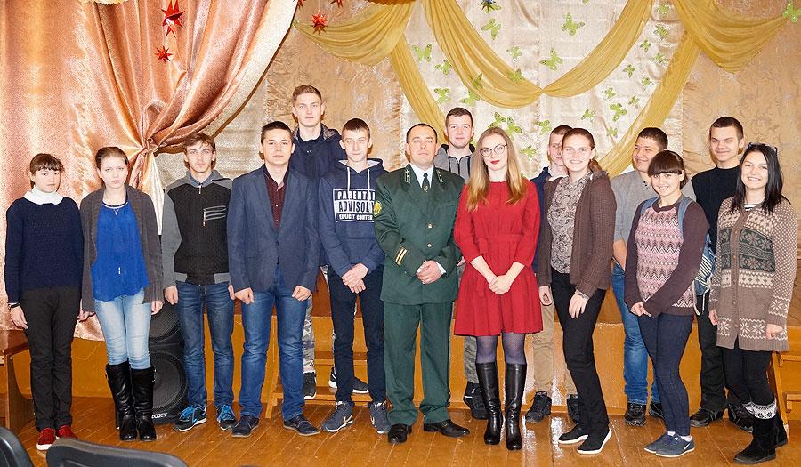 Славенские школьники познакомились с особенностями профессии работника лесного хозяйства