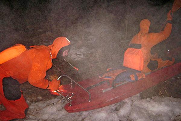 Предновогодние дни выдались жаркими: в Толочине спасатели вытащили из воды тонущего мужчину