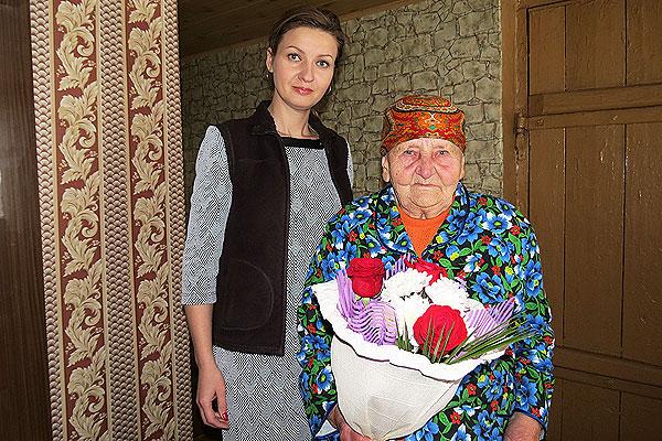 Не просто жизнь прожить до 90: жительницу Толочина с юбилеем поздравила нотариус