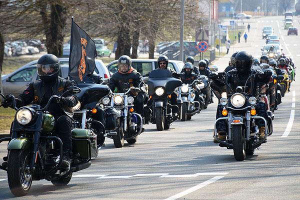 Мотоциклисты снова на дорогах: в Толочине прошло открытие мотосезона