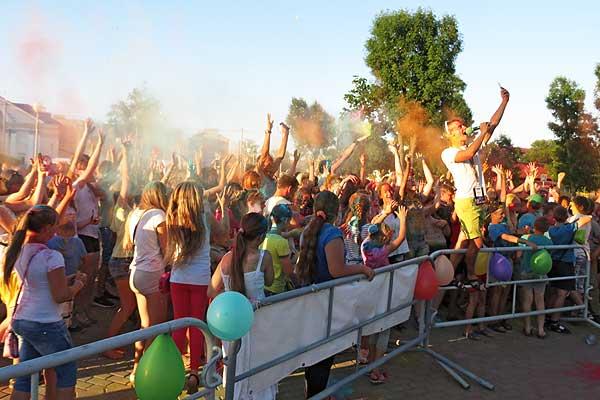 Фестивалем красок и турниром по шашкам отметят в Толочине День молодежи