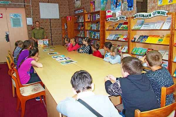 В библиотеке в Коханово детей учили правилам безопасного поведения в дни летних каникул