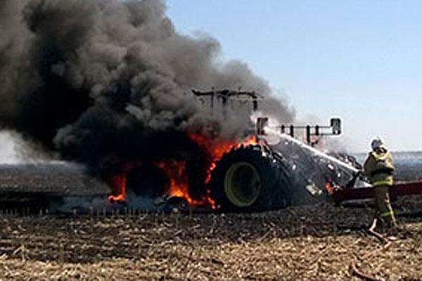 Досадные материальные потери на старте косовицы: в Толочинском районе сгорел трактор