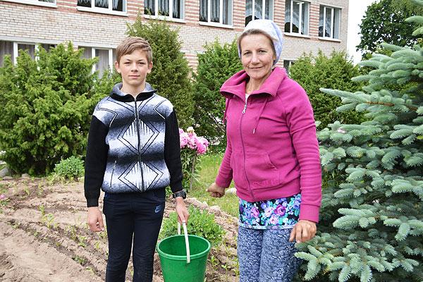 Любить землю и труд учит педагог Славенской средней школы Светлана Журова