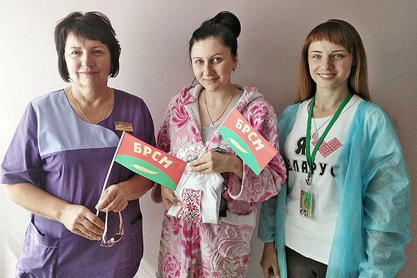 Родившийся накануне Дня Независимости в Толочине малыш получил от БРСМ в подарок вышиванку