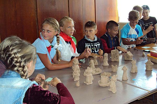 В Центре детей и молодежи в Толочине в мир творчества открывают дверь